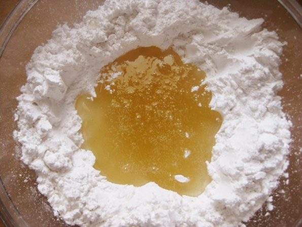 смешиваем желатин с сахарной пудрой