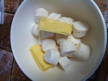 смесь из маршмеллоу и сливочного масла