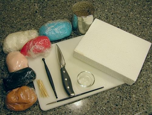 инструменты и мастика разных цветов