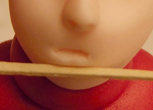 выделите нижнюю губу