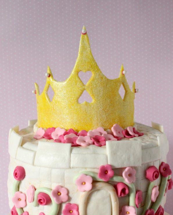 поместите ее на торт