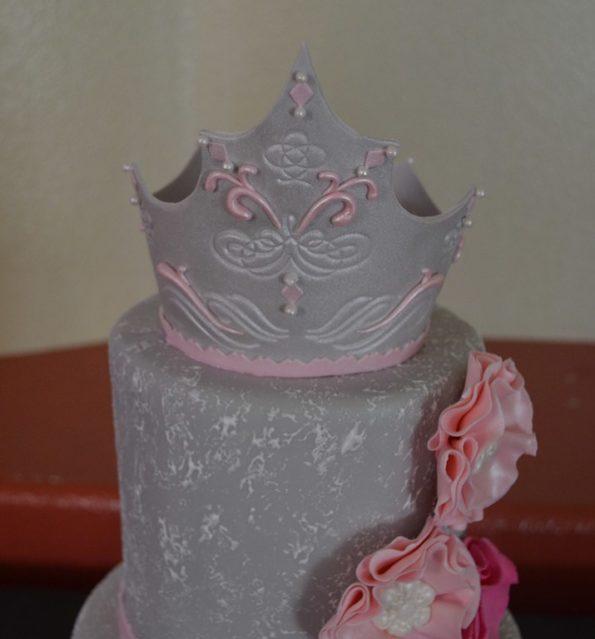 украшенный торт с короной